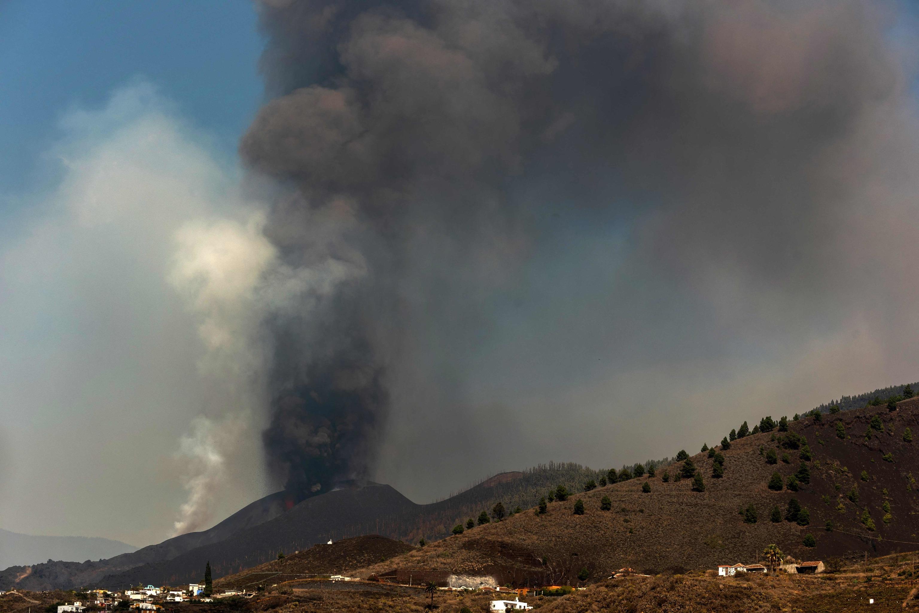 El volcán de Cumbre Vieja, en La Palma (Islas Canarias), en erupción de lava, humo y ceniza en una imagen tomada desde Los Llanos de Aridane