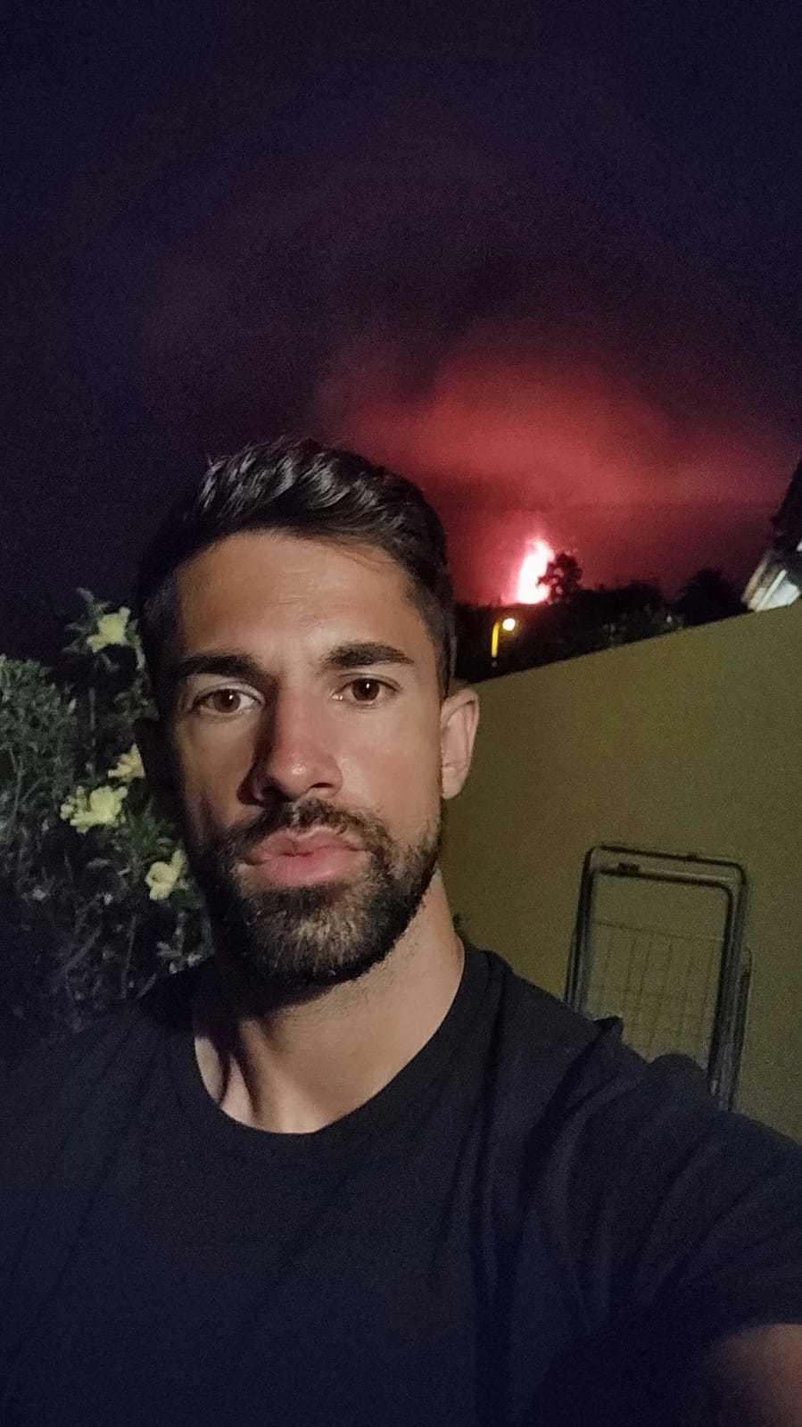 Diego Portilla, jugador del Atlético Paso, muestra las vistas del volcán desde su casa