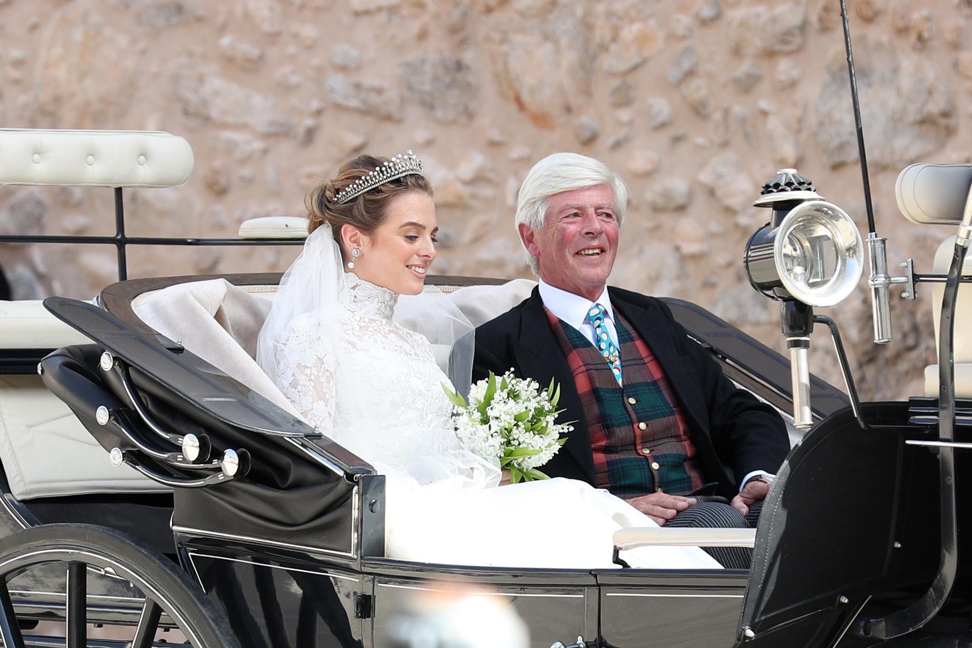 La novia, Charlotte Lindesay-Bethune, junto a su padre, que llevaba chaleco de cuadros escoceses.