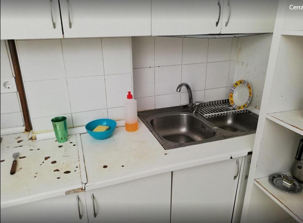 Cocina del hostal precintado por la Policía Municipal.