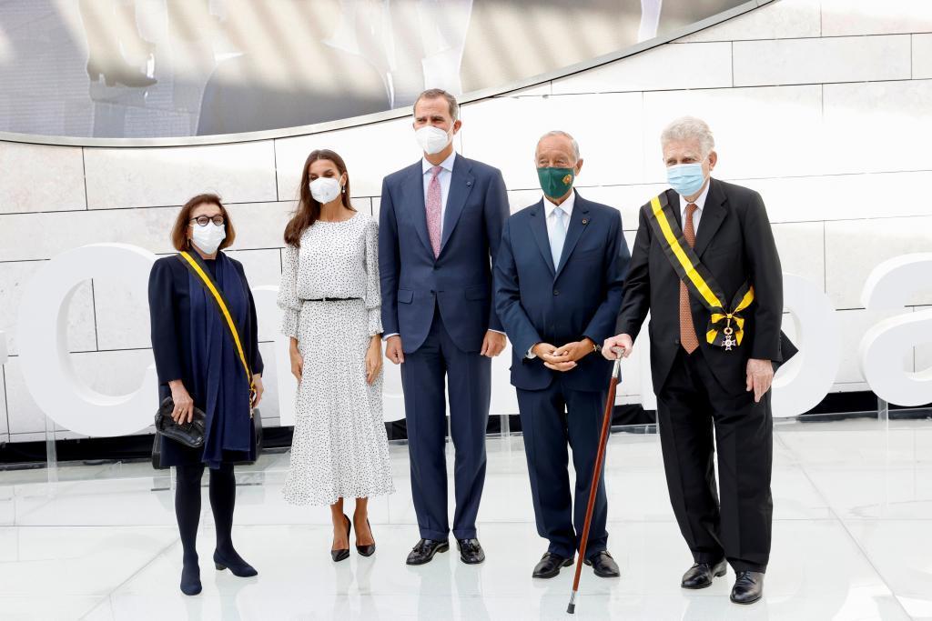 Mauricio Botton, con bastón, y su mujer Carlota junto a los Reyes y el presidente de Portugal, en la inauguración del centro.