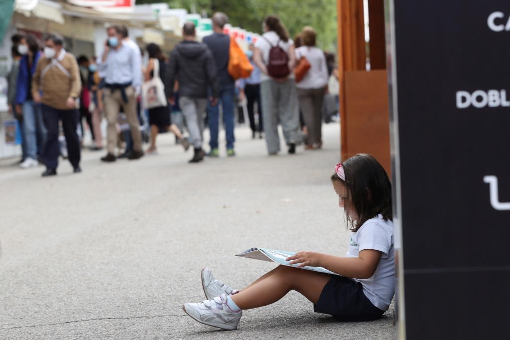 Una niña, en la Feria del Libro.