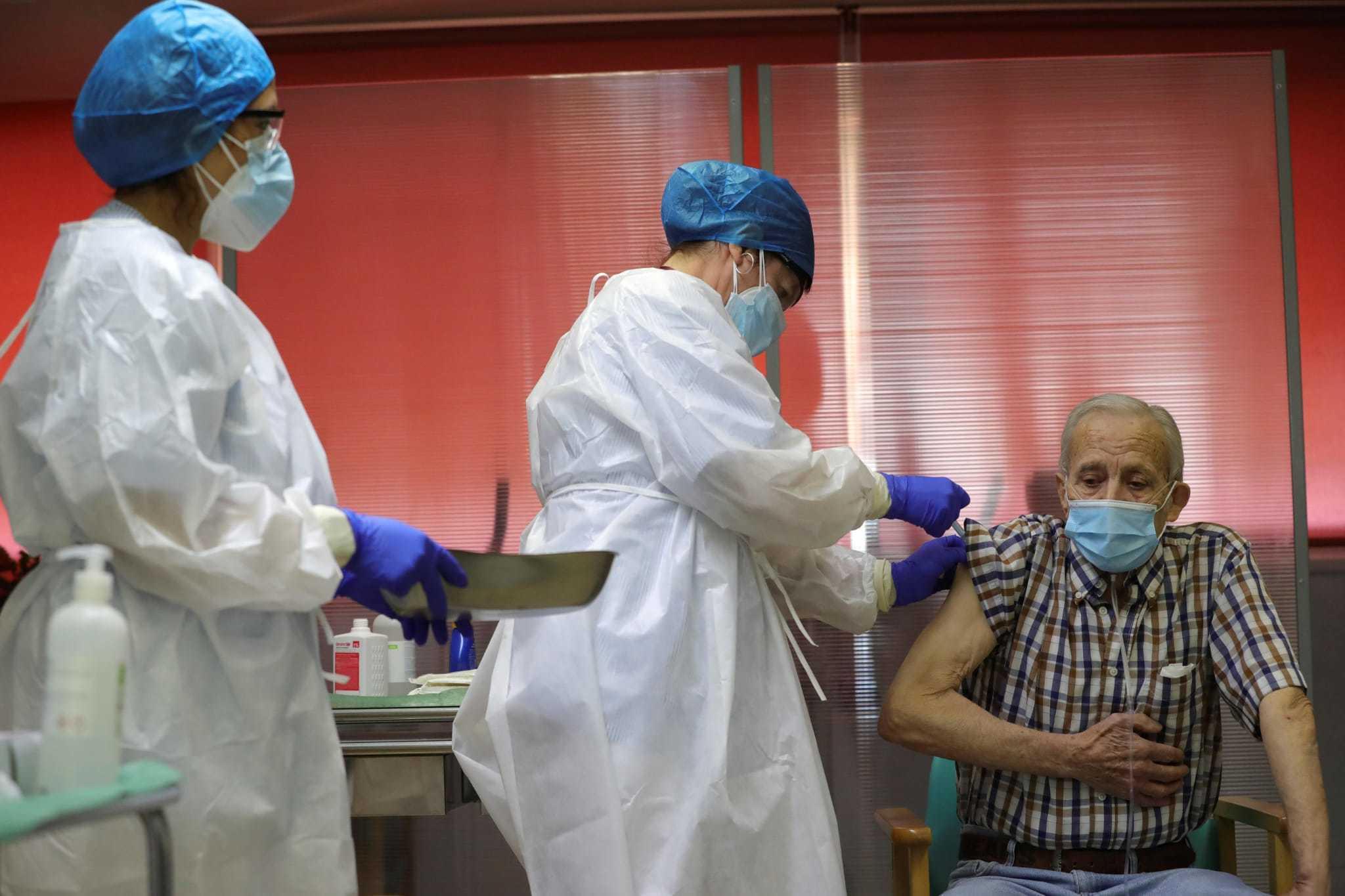 Nicanor, de 72 años y residente en un geriátrico de Vallecas, recibe la primera vacuna en Madrid contra el Covid-19.
