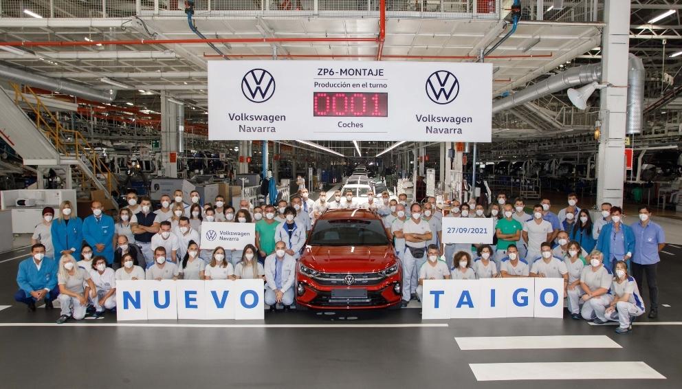 Empleados de VW-Navarra posan con la primera unidad del Taigo, que será enviada a Alemania.