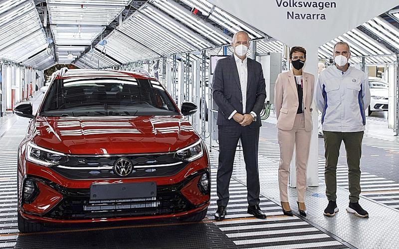 Markus Haupt, María Chivite y Alfredo Morales posan junto a la primera unidad del nuevo VW Taigo.