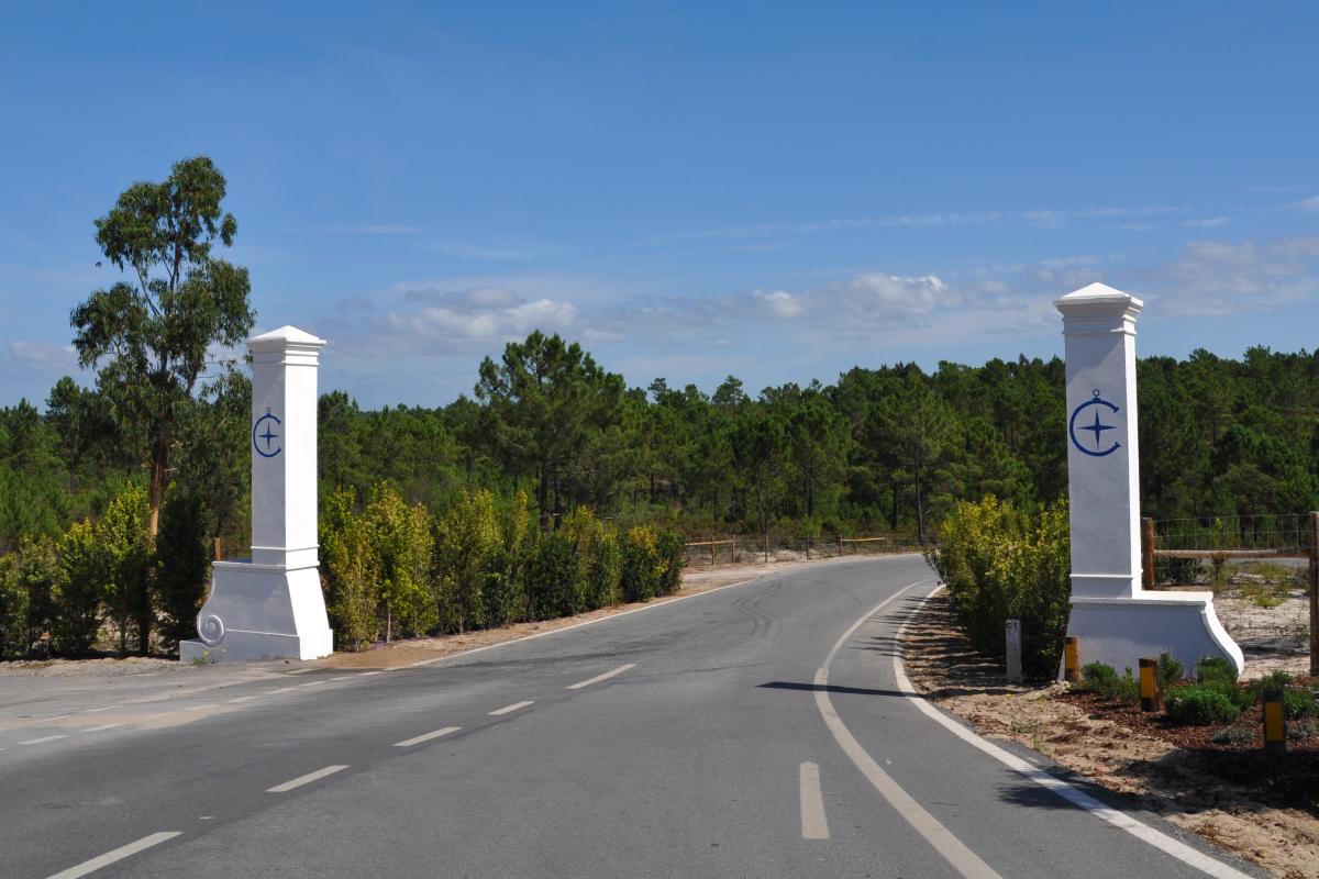 Entrada al futuro Costa Terra Golf & Ocean Club.