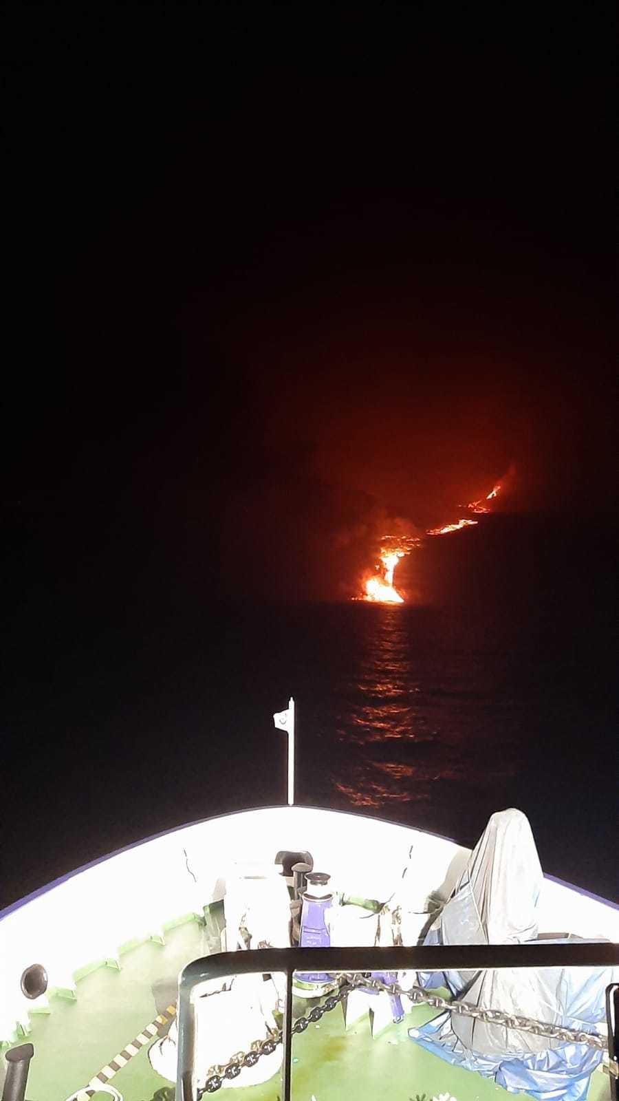 Imagen tomada desde el buque Ramón Magalef de la llegada de la lava al mar.