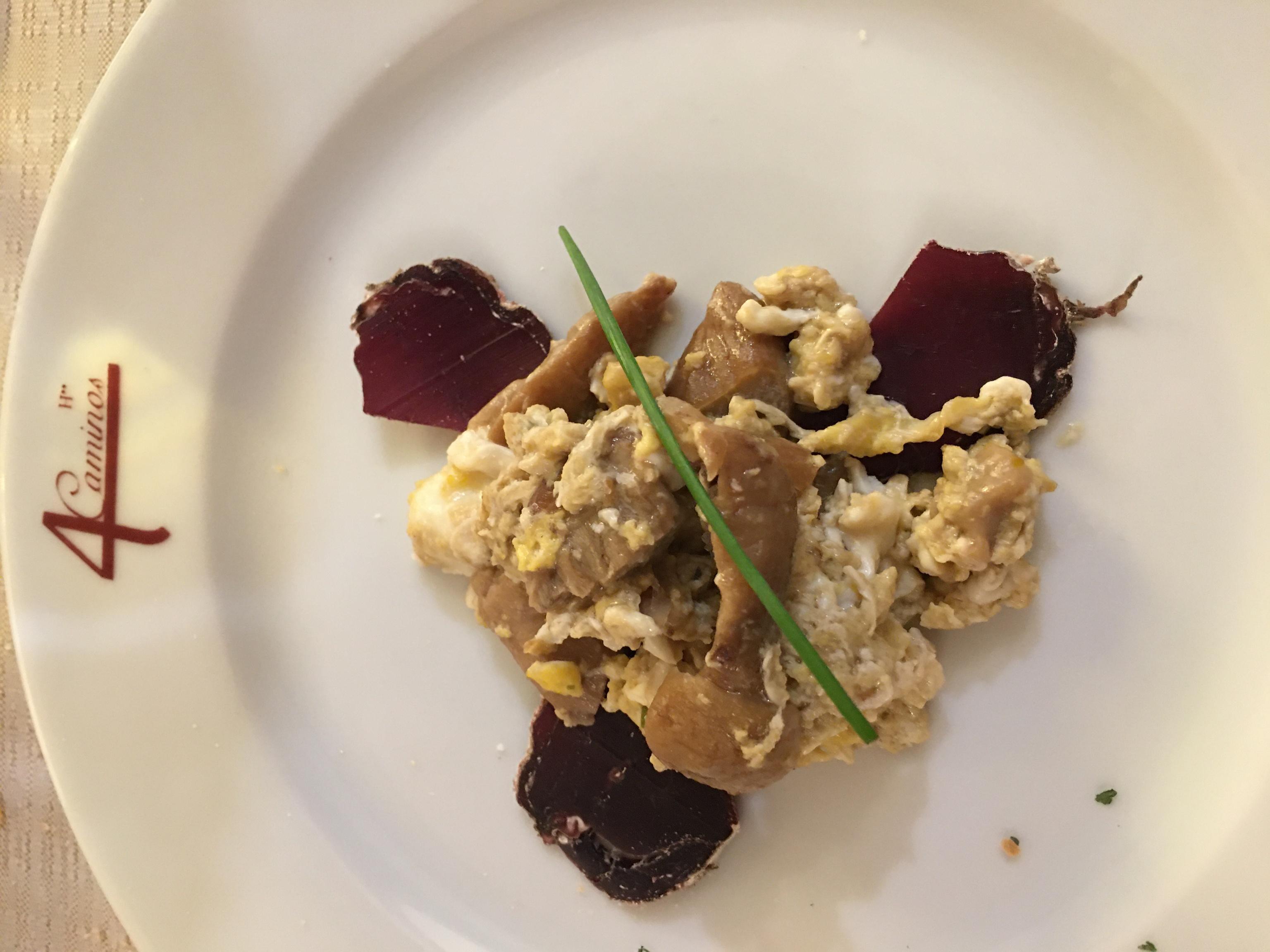 Revuelto de boletus y cecina de ciervo del restaurante El Coto.