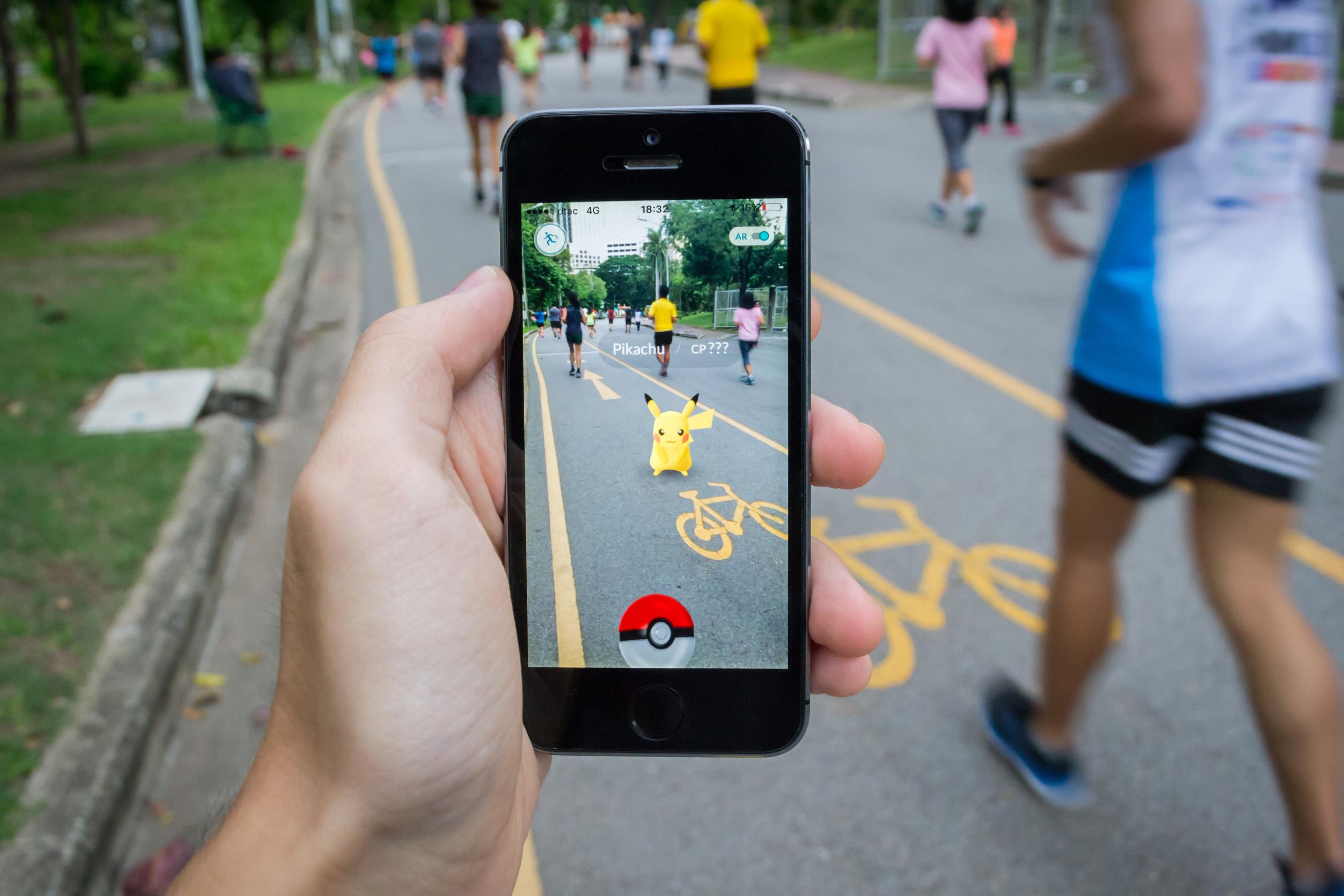 Una de las primeras aplicaciones de la realidad aumentada fue la caza del pokemon.