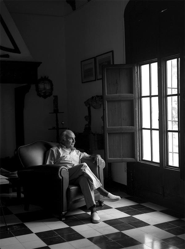 El poeta Francisco Brines, en su casa de Oliva (Valencia).