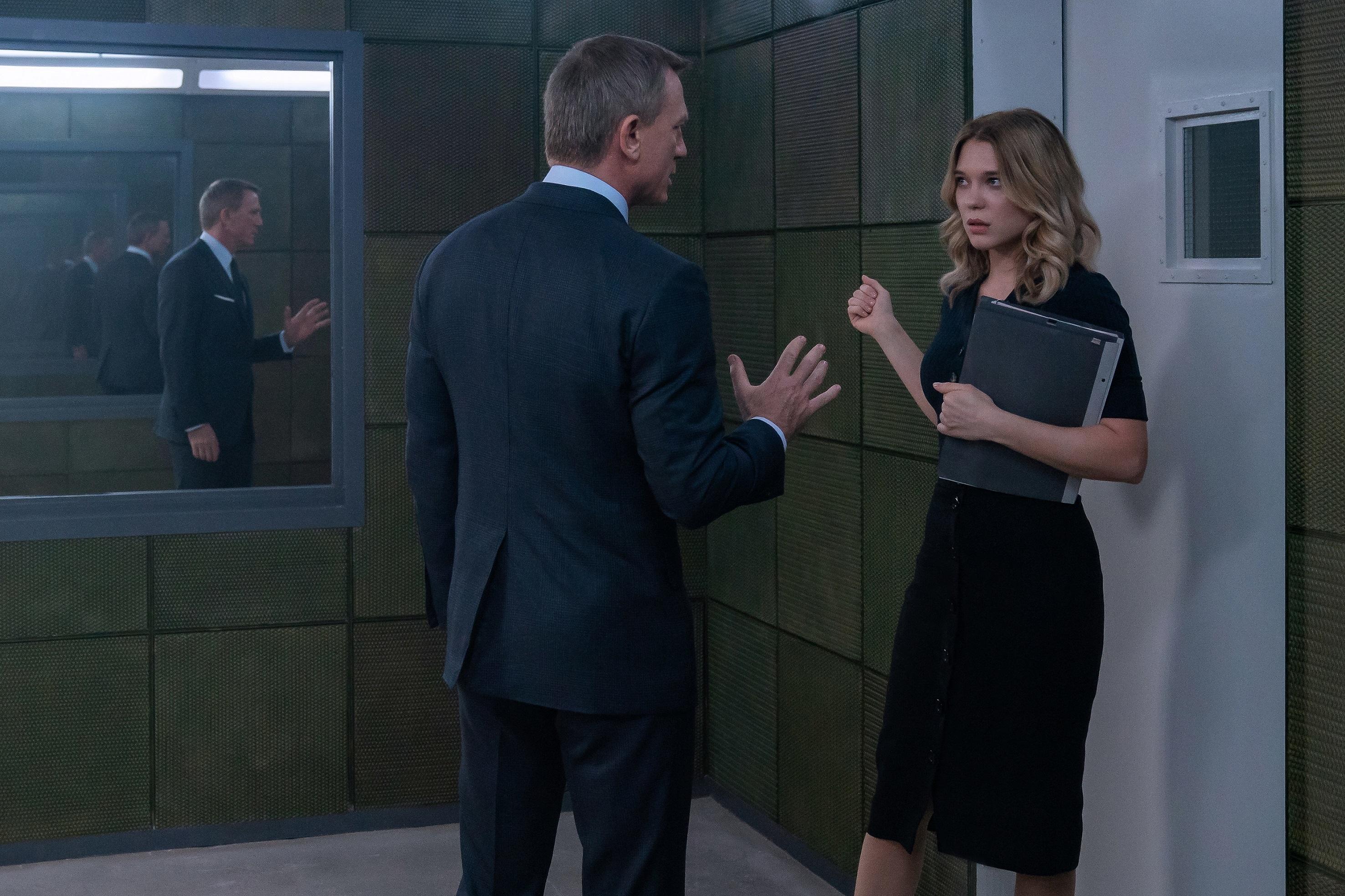 James Bond (Daniel Craig) charla con Madeleine Swann (Léa Seydoux).