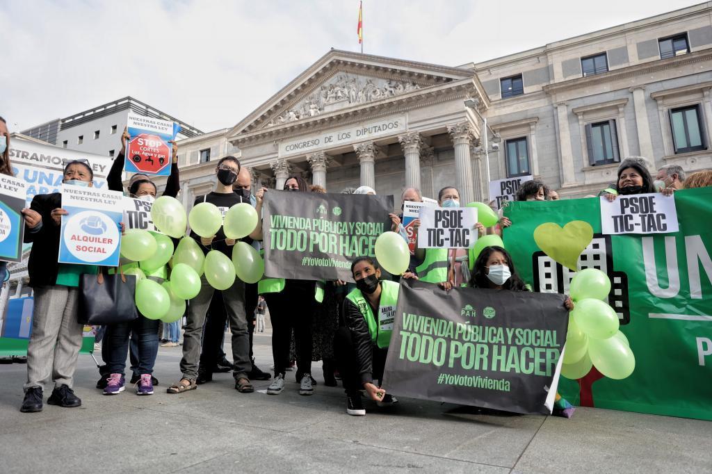 Protesta durante la presentación de la 'Ley de garantía del derecho a la vivienda digna y adecuada', frente al Congreso.