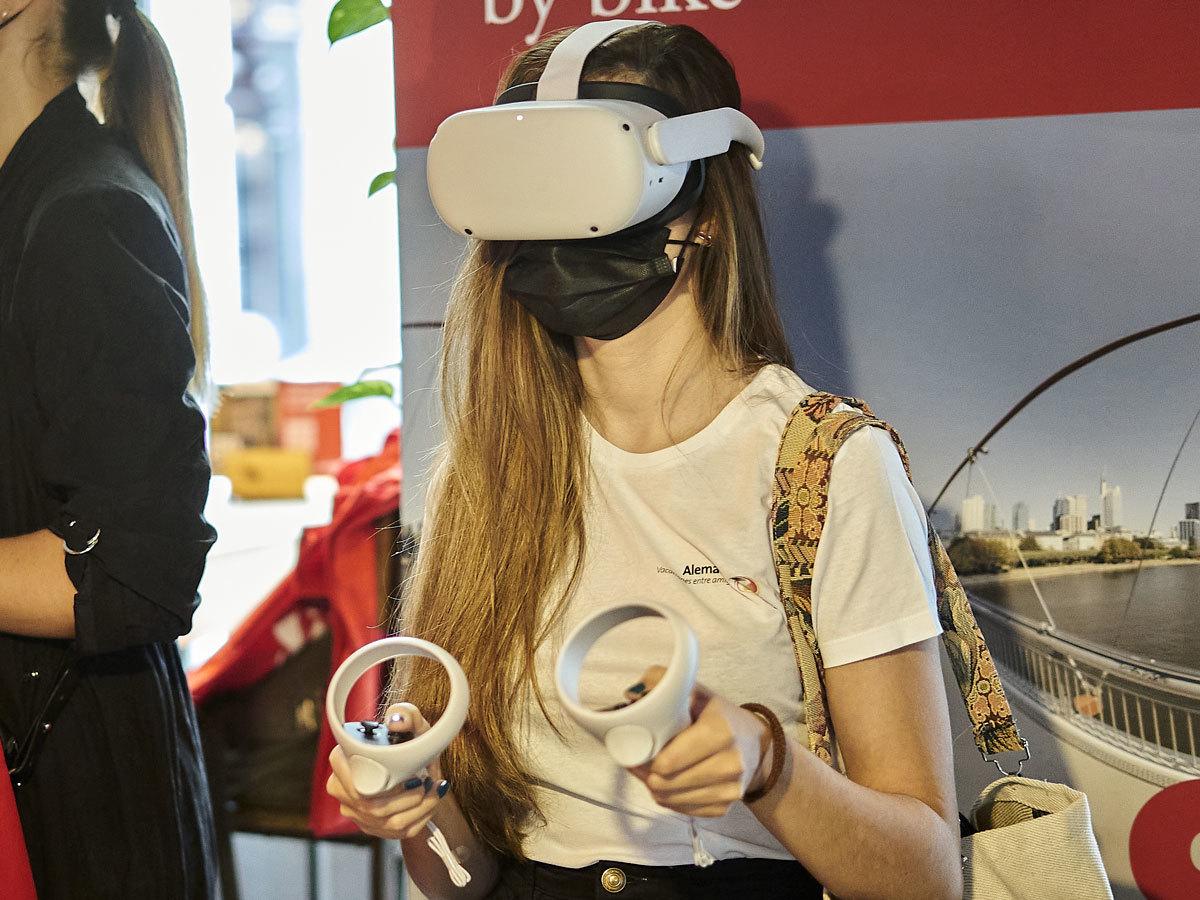 Una joven disfruta de la experiencia virtual en el café La Bicicleta.