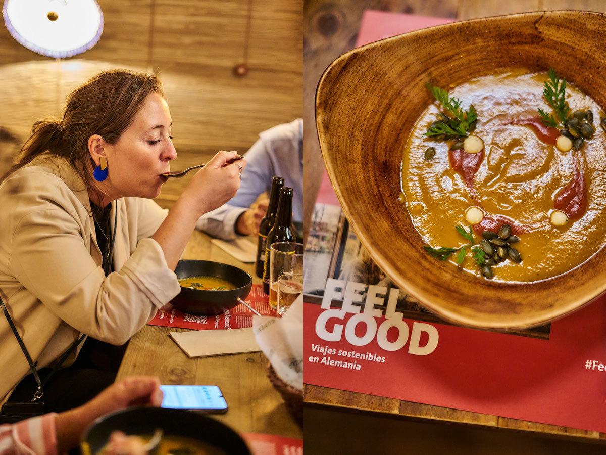 Una clienta de Superchulo probando la sopa de calabaza o 'kürbissuppe'.