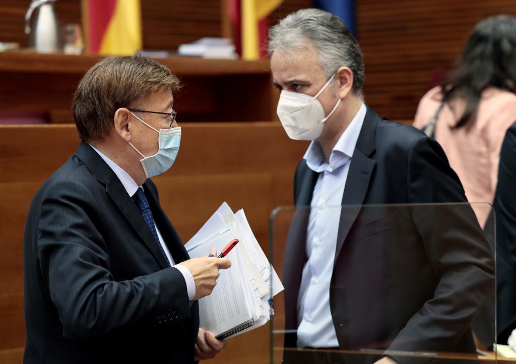 Ximo Puig y Héctor Illueca conversan en las Cortes.