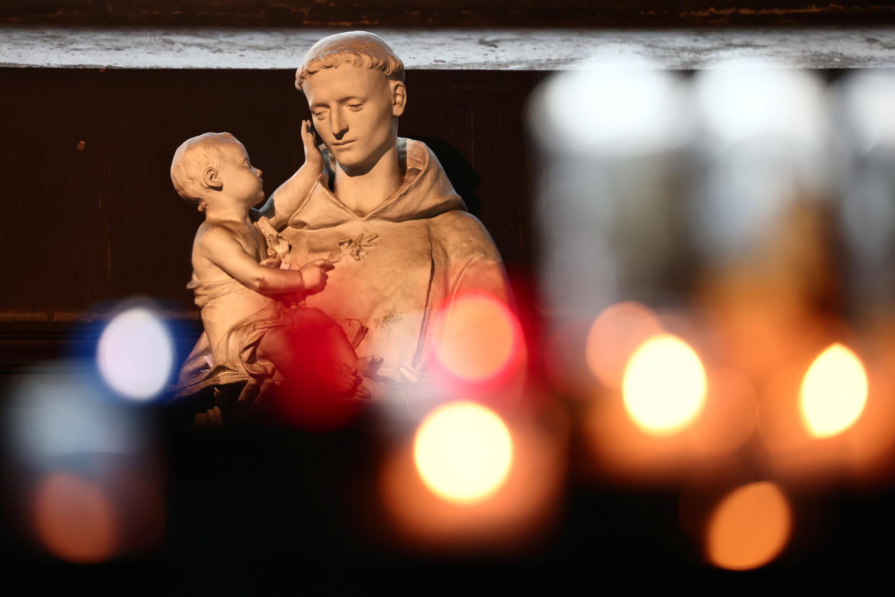 Estarua سنت آنتونی در کلیسای Saint-Sulpice (par