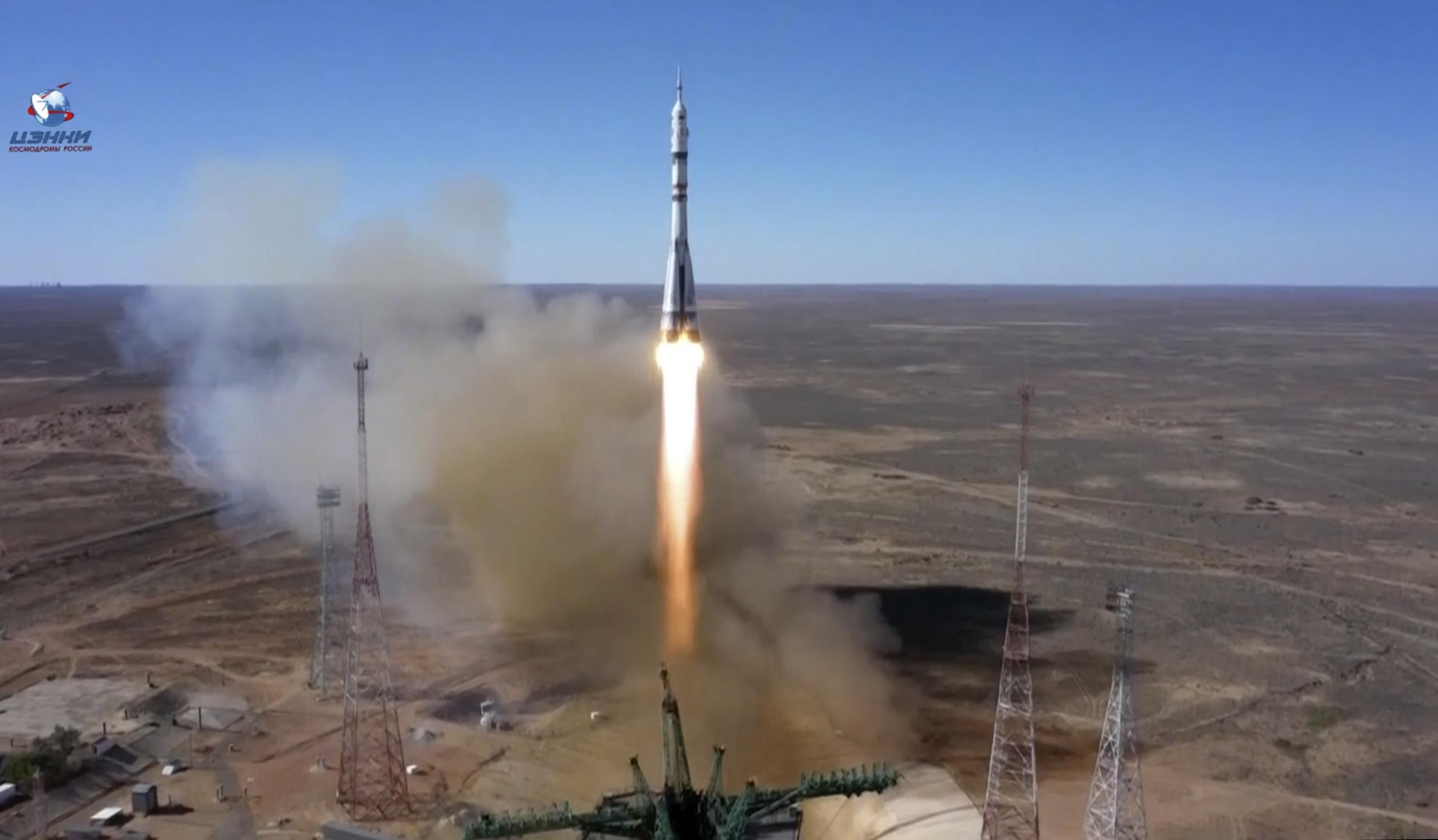 En esta foto tomada de imágenes de vídeo difundidas por la Agencia Espacial Roscosmos, el cohete impulsor Soyuz-2.1a con la nave espacial Soyuz MS-19 que lleva a la actriz Yulia Peresild, al director de cine Klim Shipenko y al cosmonauta Anton Shkaplerov a la Estación Espacial Internacional, ISS, despega en el cosmódromo ruso de Baikonur, Kazajistán, el martes 5 de octubre de 2021.