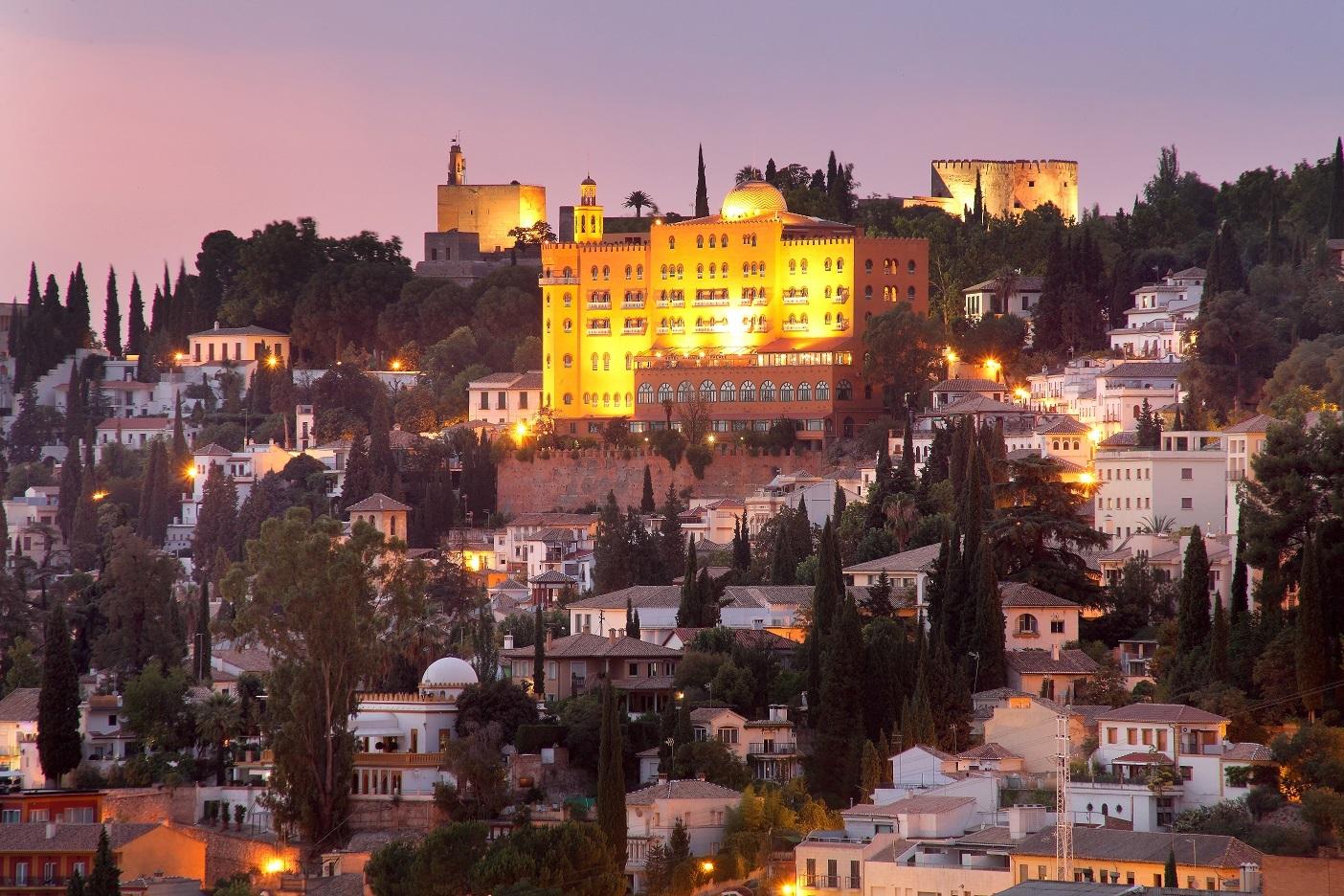 El hotel Alhambra Palace con La Alhambra detrás.