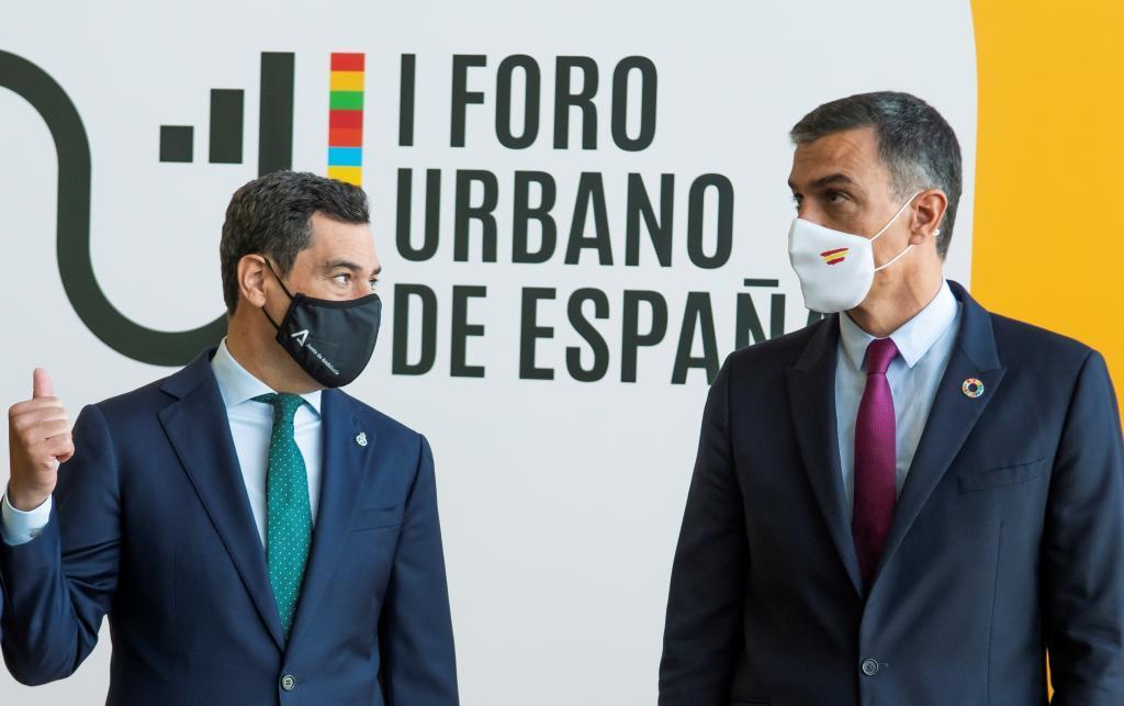 Juanma Moreno y Pedro Sánchez, en un acto en Sevilla este martes.