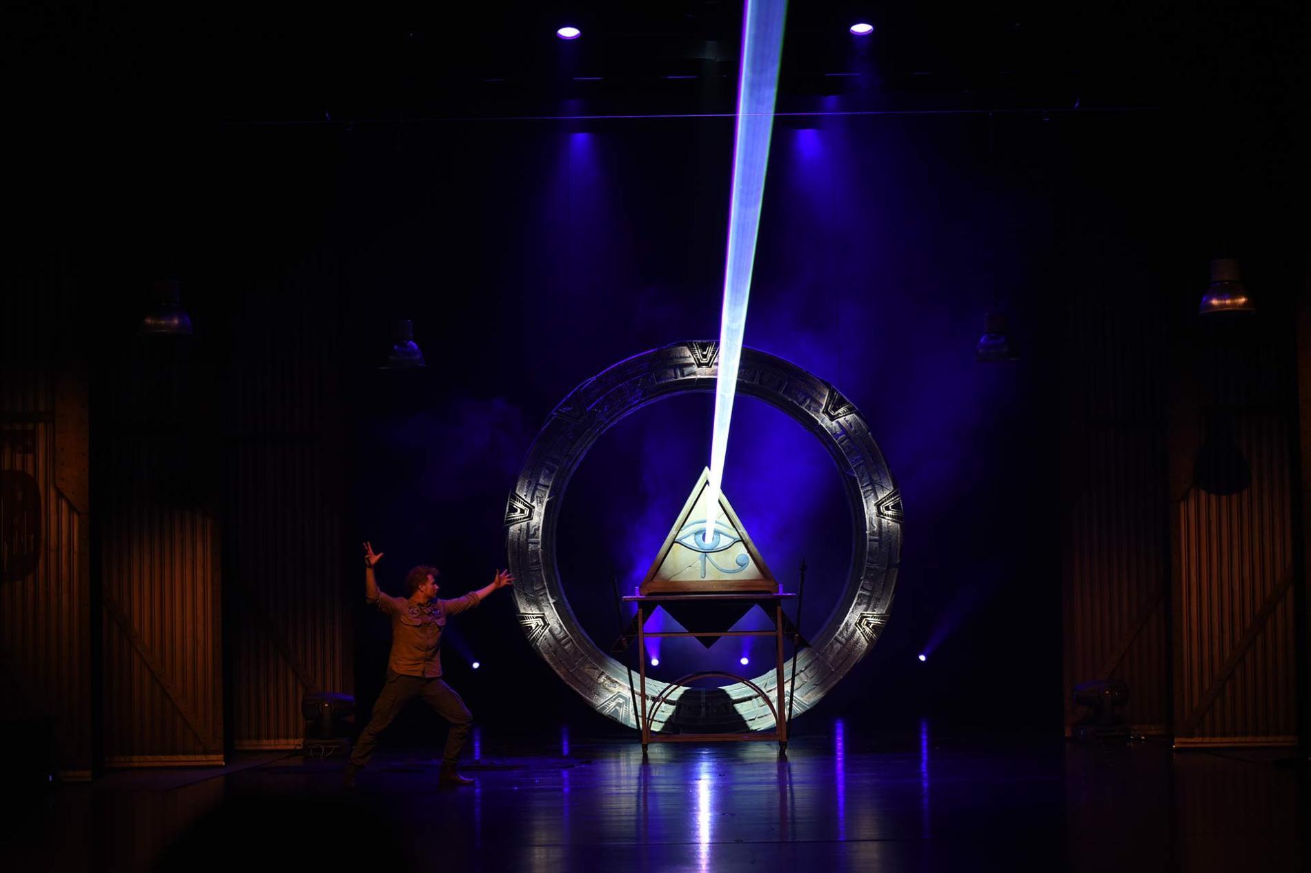 El Mago Yunke durante la representación de uno de sus trucos.
