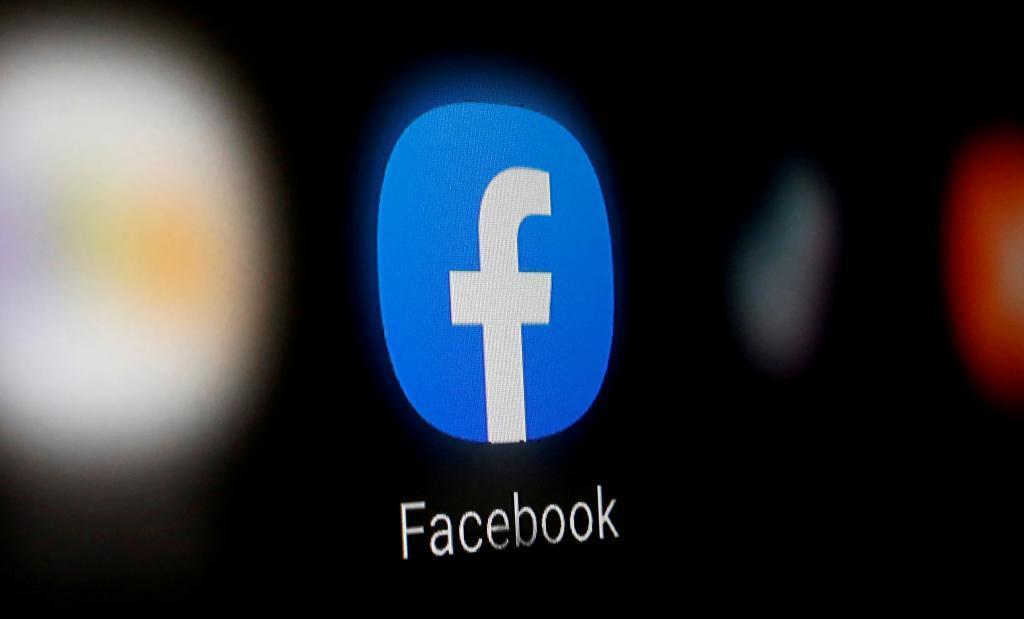 Logo de Facebook en un smartphone.