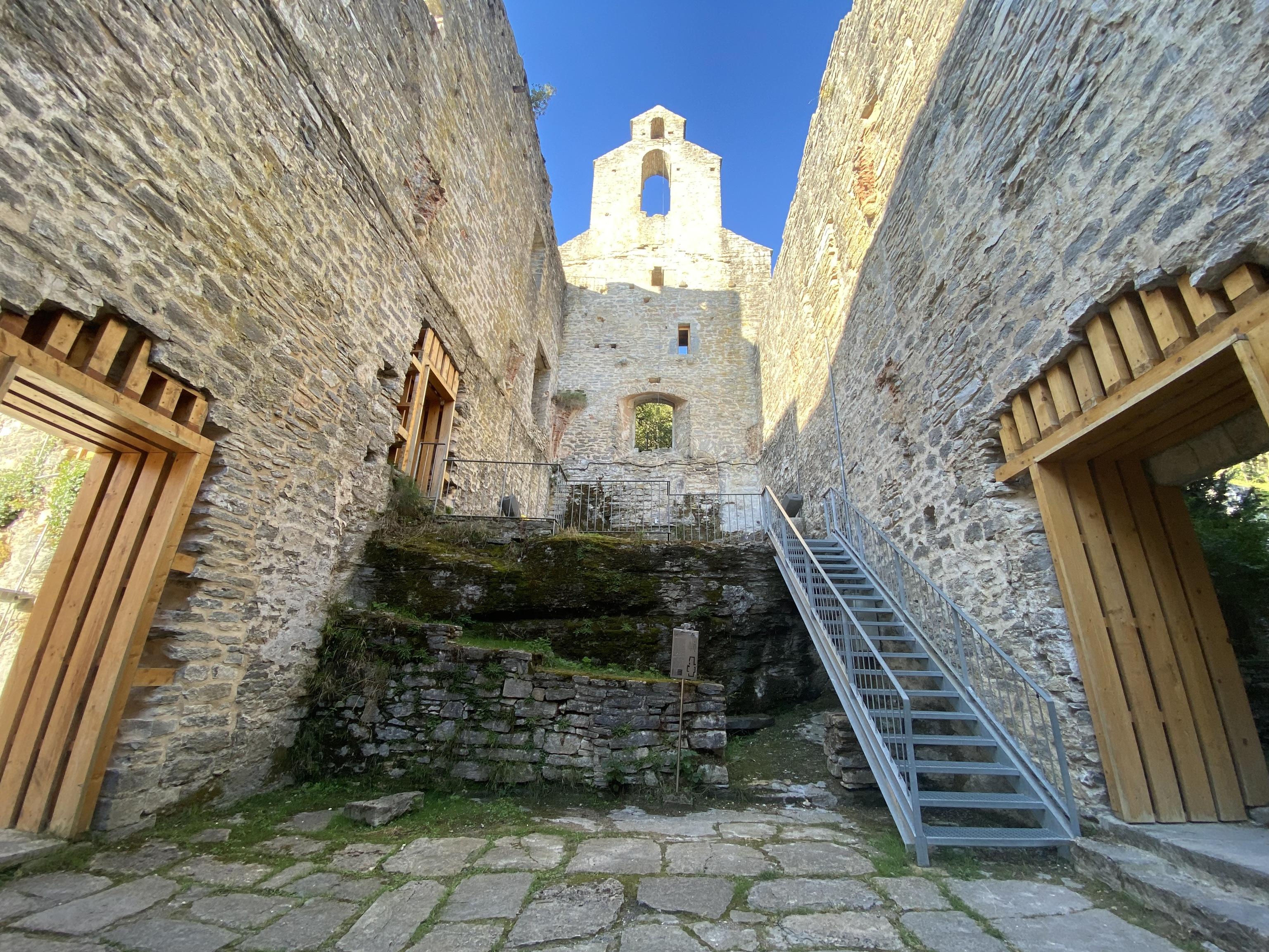 La antigua torre defensiva dio paso en el siglo XVI a un imponente campanario.