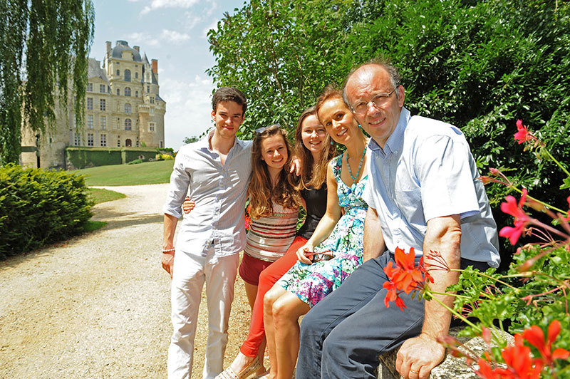 Los actuales duques de Brissac con sus hijos, dueños y habitantes del castillo.
