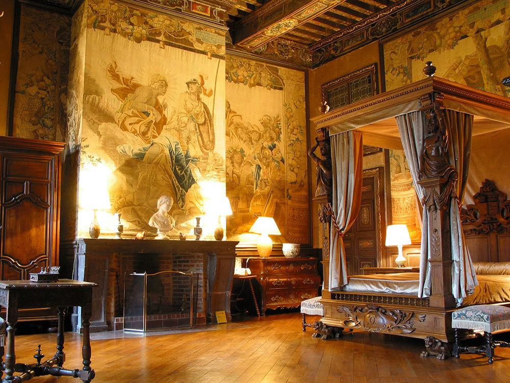 Una de las habitaciones en las que se puede dormir en el castillo.