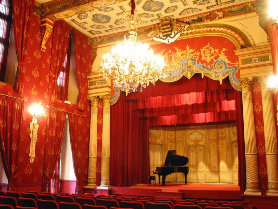 El teatro de estilo Belle Époque ofrece representaciones puntuales.