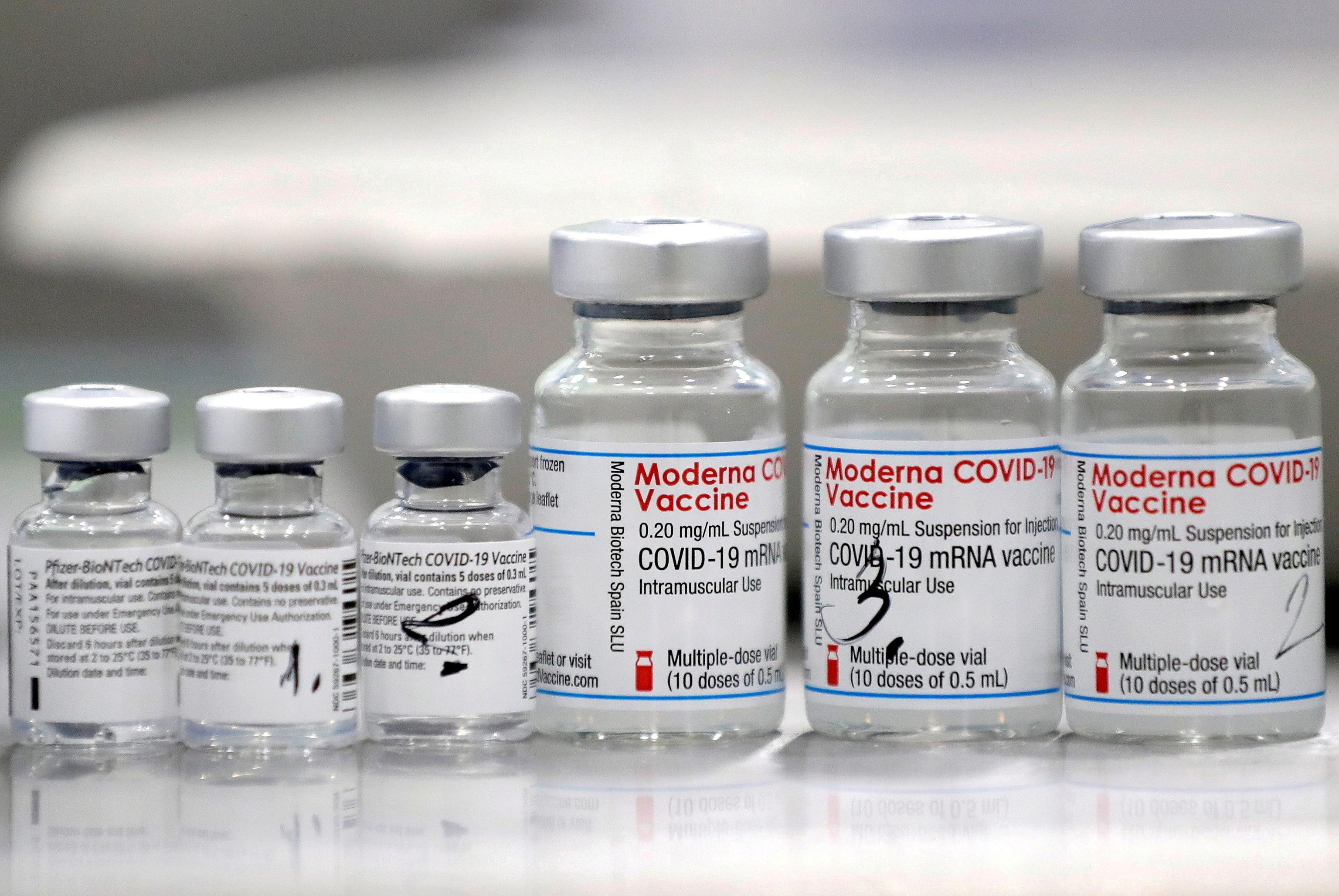 Viales de las vacunas contra el Covid-19 de Pfizer y Moderna.
