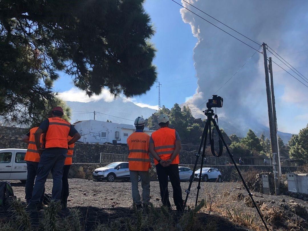 Científicos del Involcan miden la emisión de dióxido de azufre del volcán de La Palma.