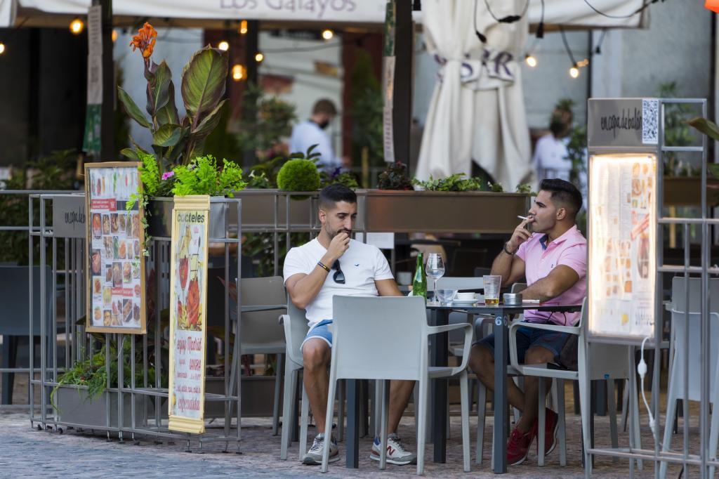 Un cliente fuma en agosto de 2020 en una terraza de Madrid