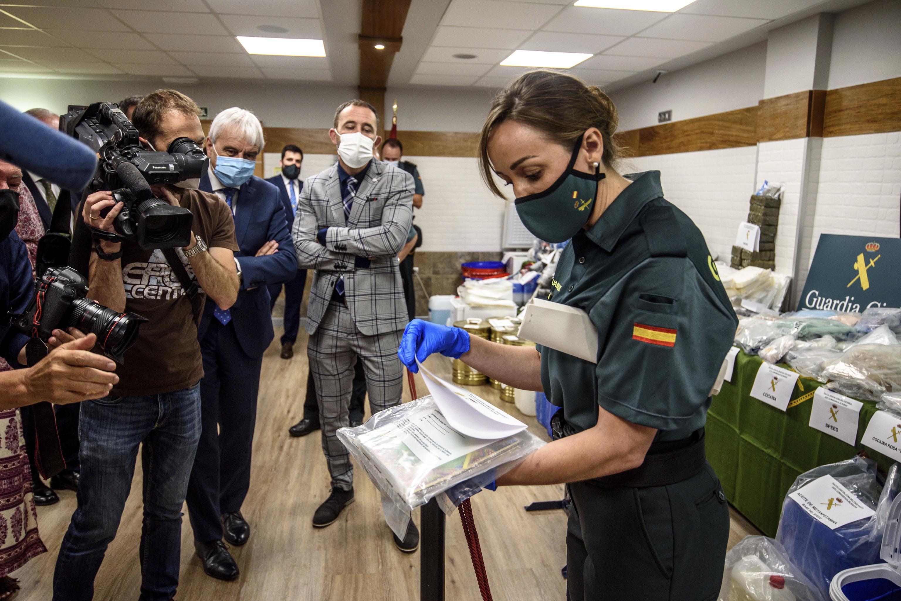 Una guardia civile muestra la droga incautada en una de las operaciones contra el narcotráfico en Euskadi.