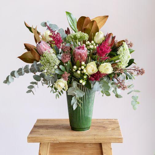 Ramo Proteagonist, una de las propuestas de la floristería online Colvin a base de protea, rosa avalanche, eucalipto, hipericum, skimia, astilbe, Ammi Majus, magnolia y leucalendron.