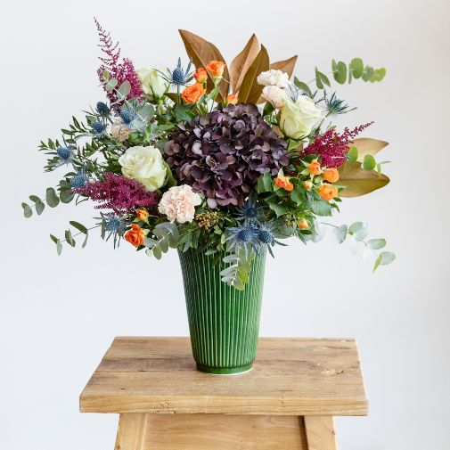 Sweet Home combina hortensia antique, eryngium,  rosa avalanche, clavel, eucalipto, magnolia y rosa pitiminí. .