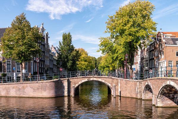 Los clásicos canales de Ámsterdam en otoño.