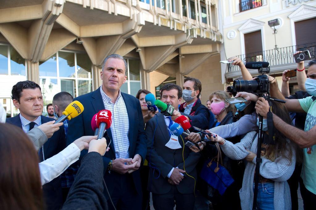 Javier Ortega Smith realiza declaraciones a los medios de comunicación.