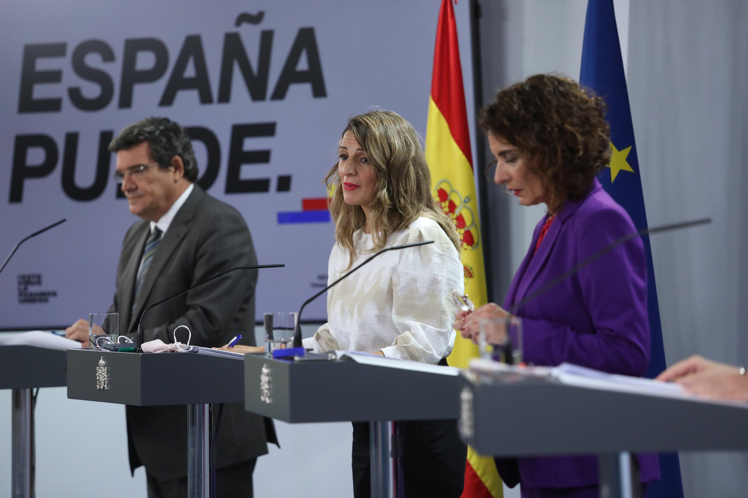 José Luis Escrivá con Yolanda Díaz y María Jesús Montero.