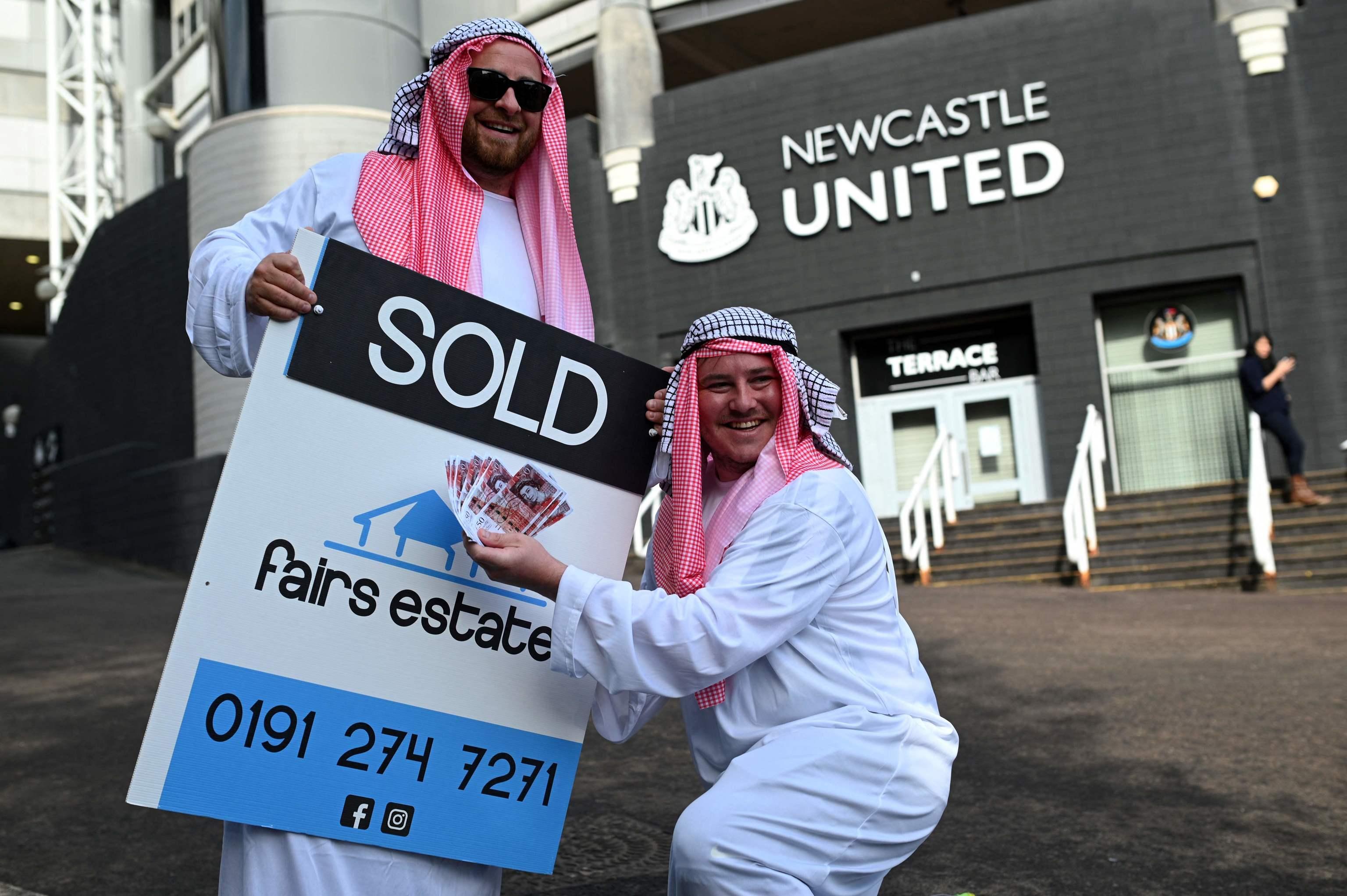 Aficionados del Newcastle celebran la venta del club a un fondo saudí.