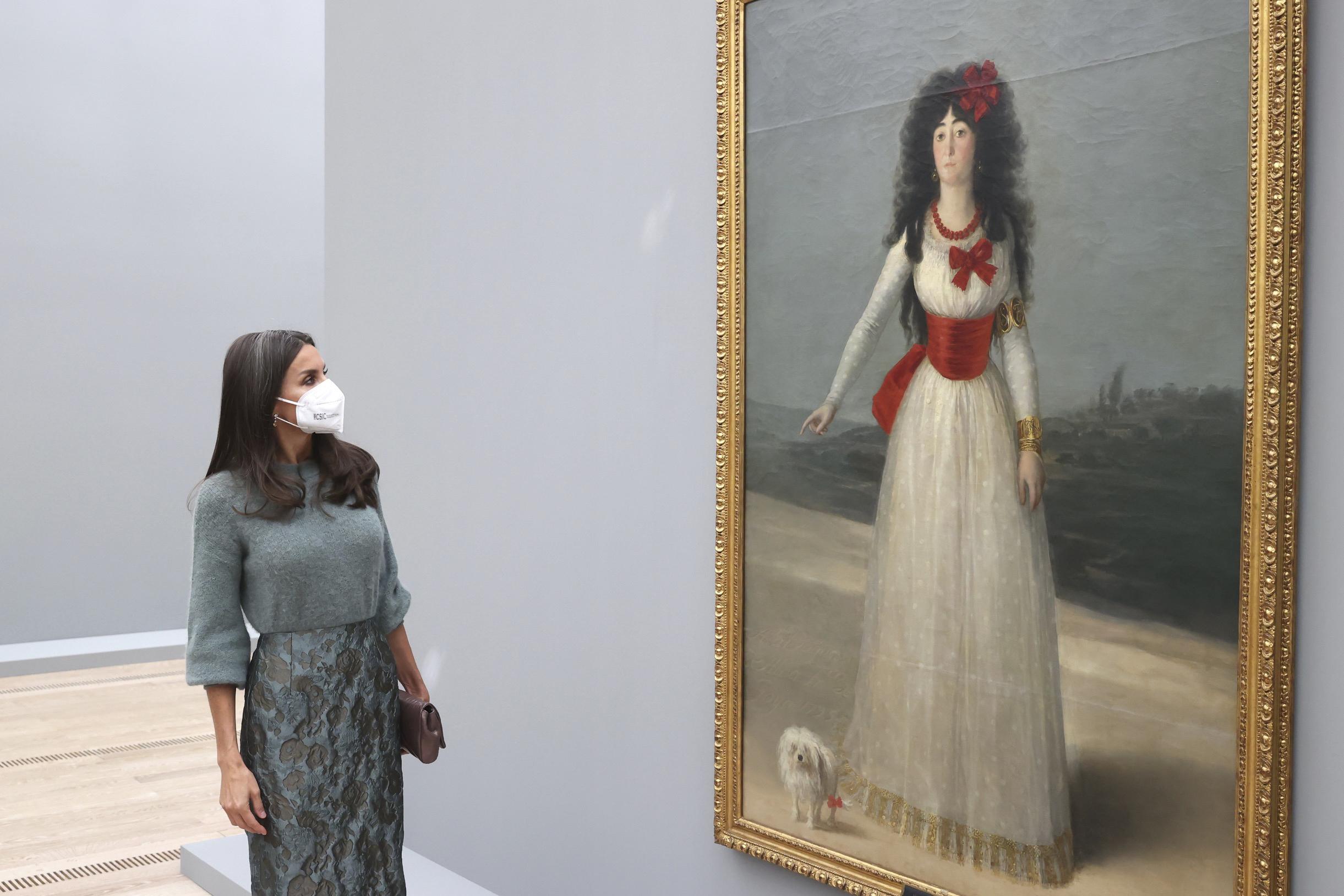 La reina Letizia contempla un retrato de Goya a la Duquesa de Alba.