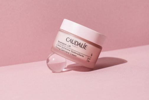 5 cremas de día de farmacia para usar a partir de los 40 que tratan manchas, arrugas y flacidez: Resveratrol-Lift Creme Cachemira de Caudalie