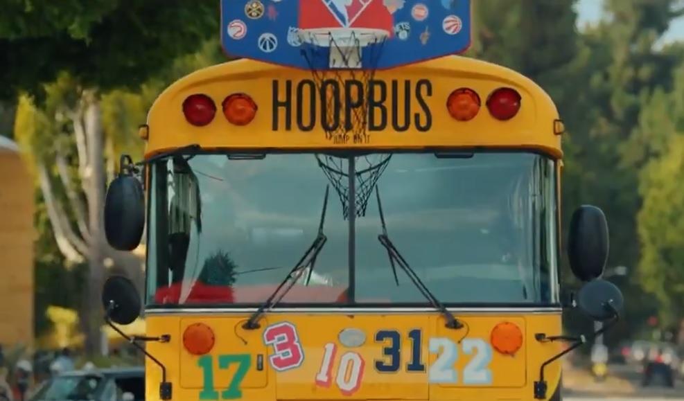 Fotograma con el bus del cortometraje.
