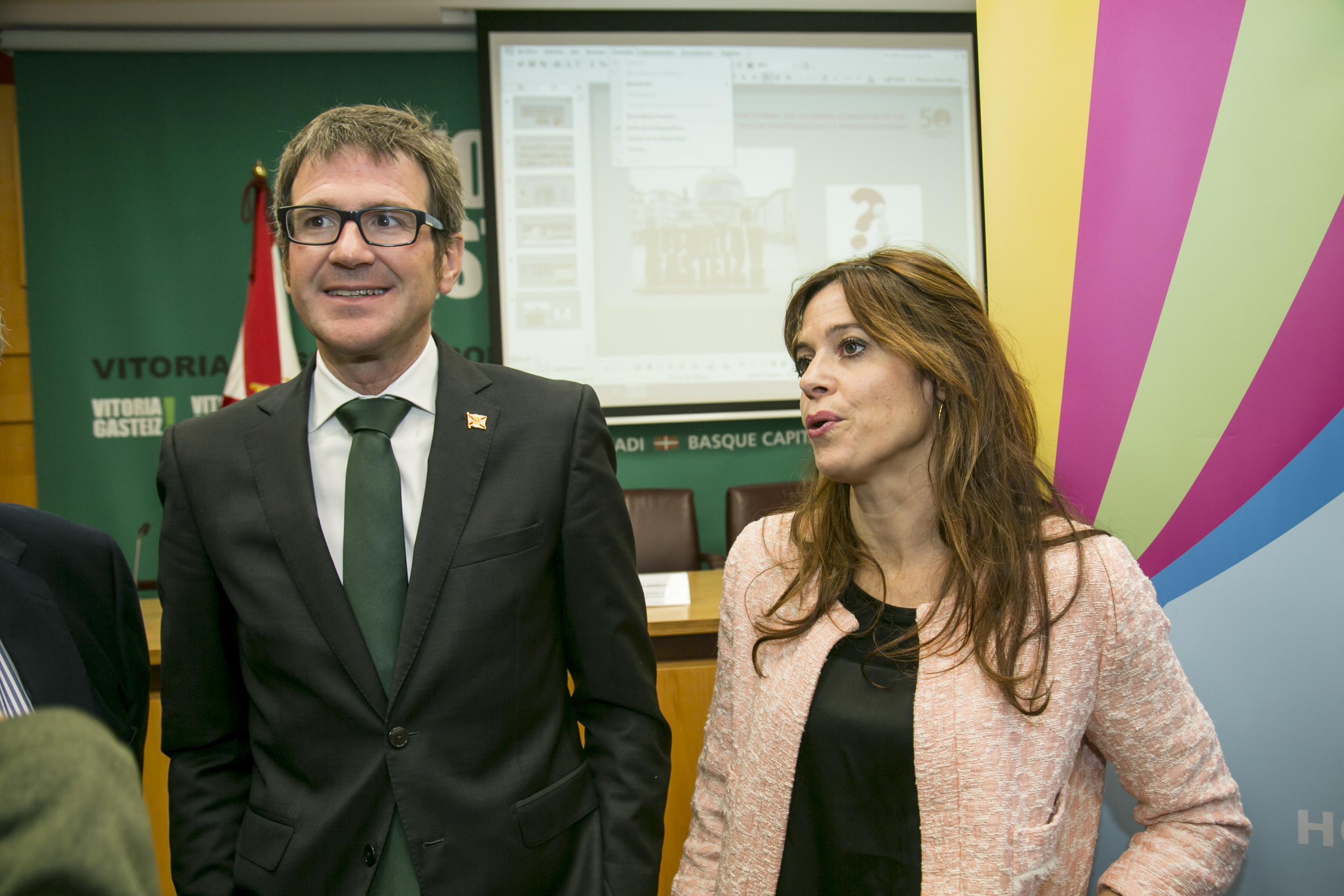 El alcalde Gorka Urtaran junto a la teniente de alcalde Maider Etxebarria (PSE-EE) en un acto en el Ayuntamiento.