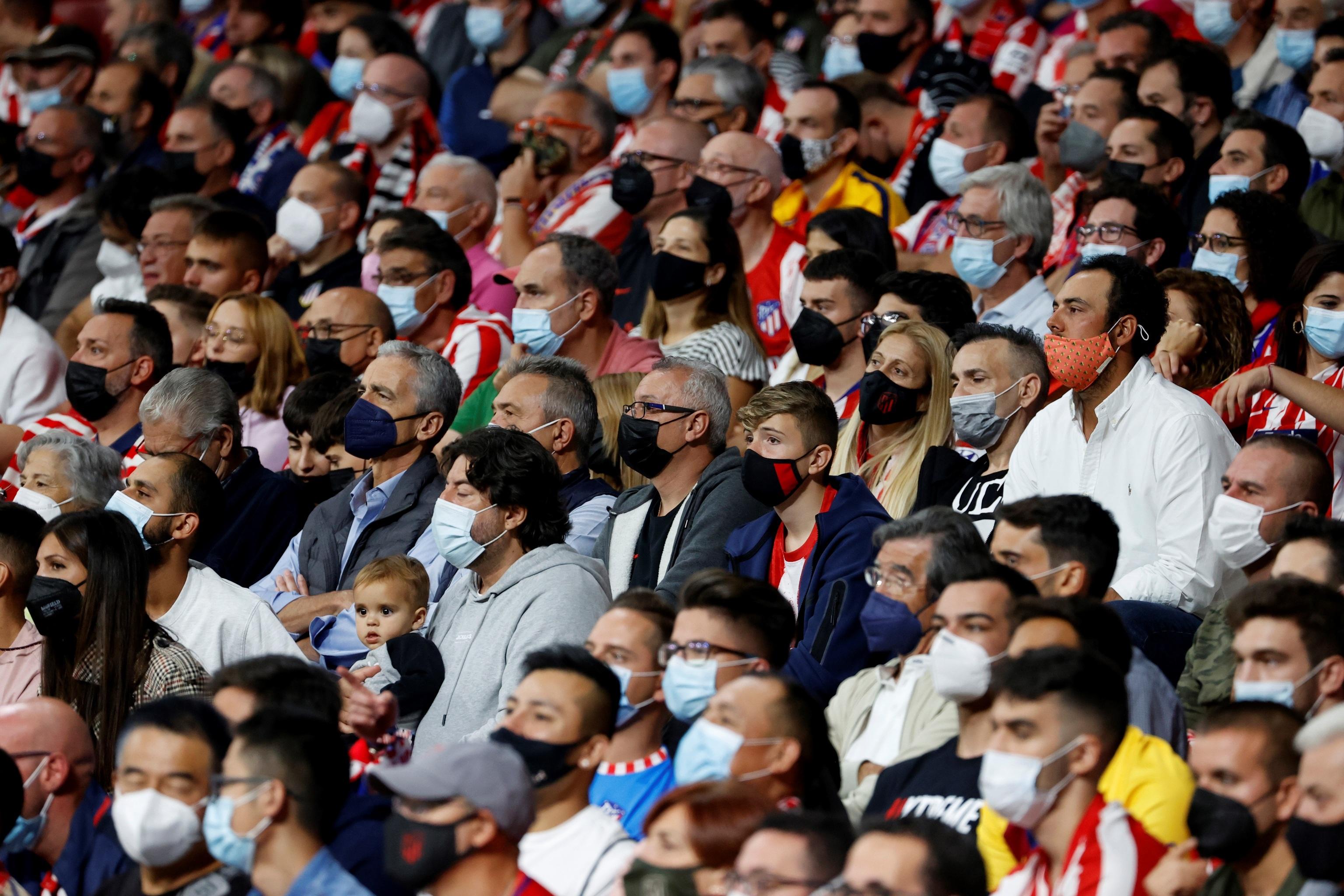 Aficionados en las gradas con mascarillas durante el partido entre el Atlético de Madrid y el FC Barcelona el pasado sábado.