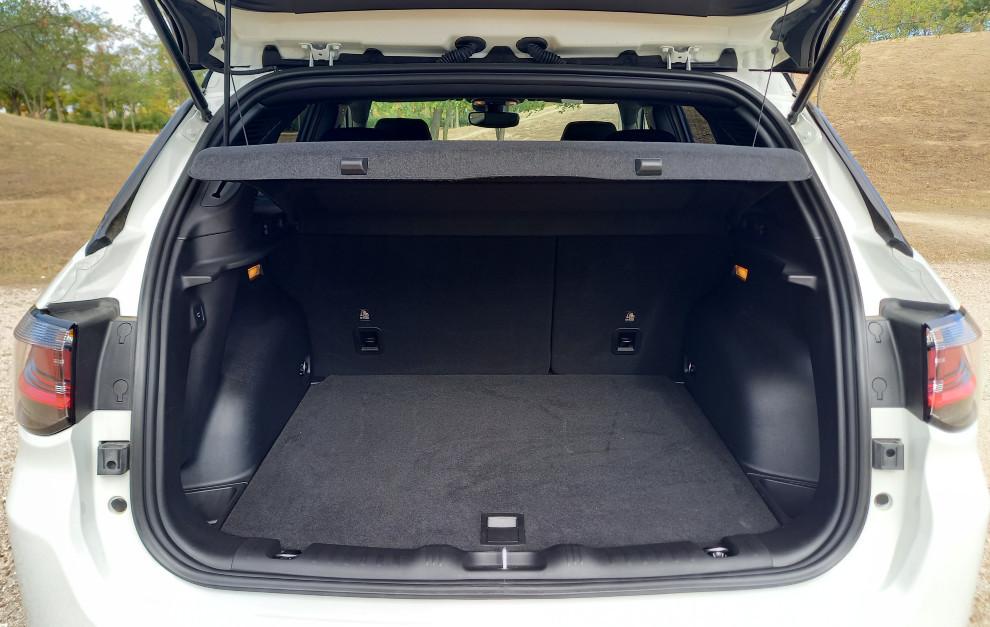 El maletero tiene un volumen de 438 litros ampliable a 1.387 con los asientos traseros abatidos.