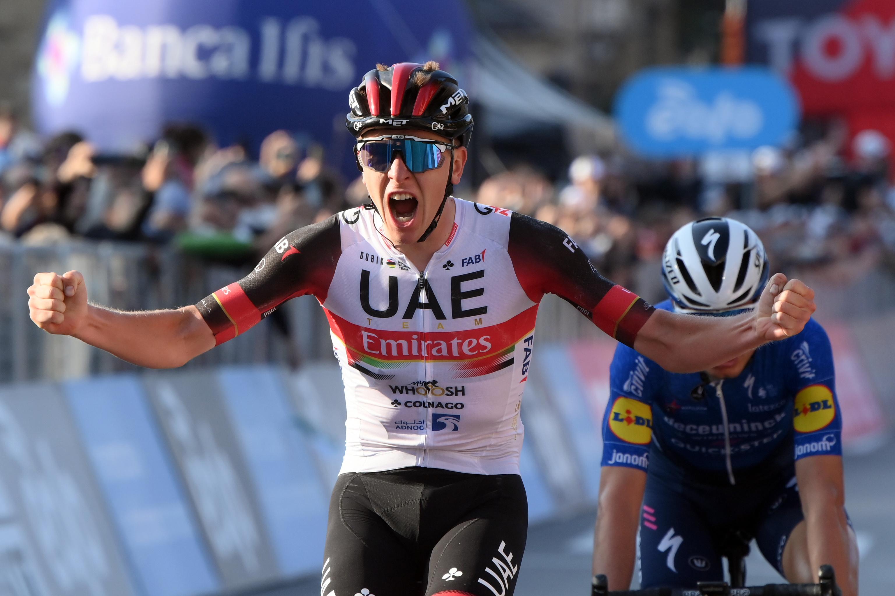 Pogacar celebra al victoria en Bergamo.