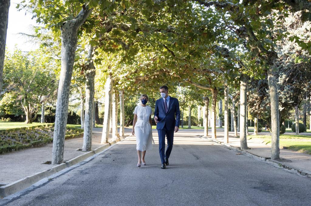 Pedro Sánchez y Yolanda Díaz, paseando en La Moncloa.