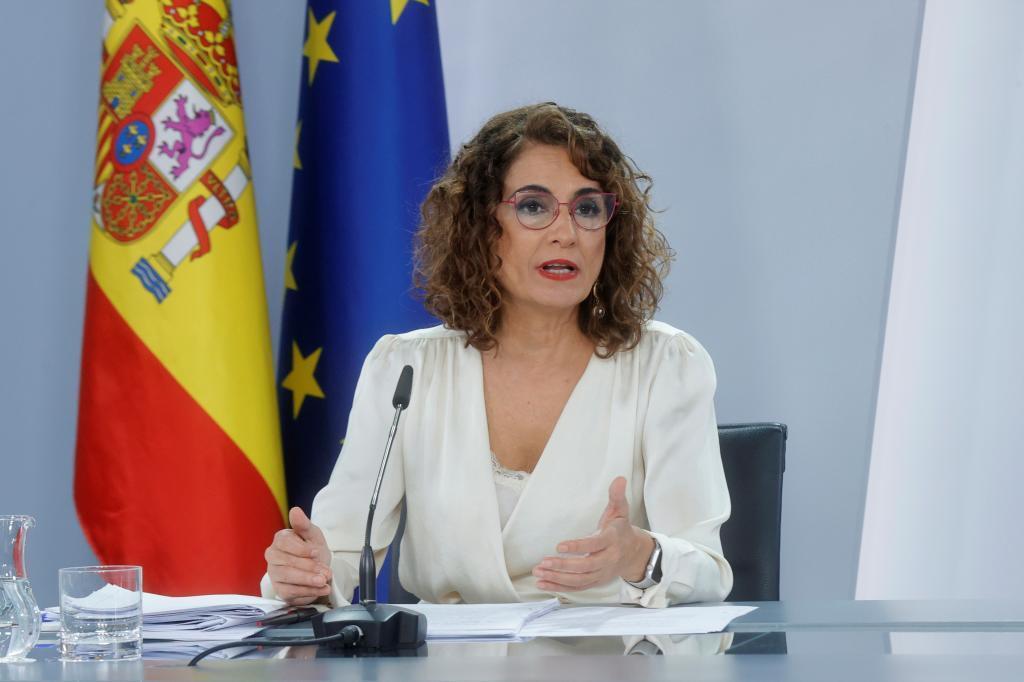 María Jesús Montero, participa en la rueda de prensa posterior al Consejo de Ministros extraordinario, el viernes 9 de octube.