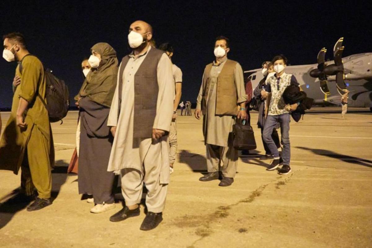 132 afganos llegan a Pakistán para ser evacuados a España en las próximas horas