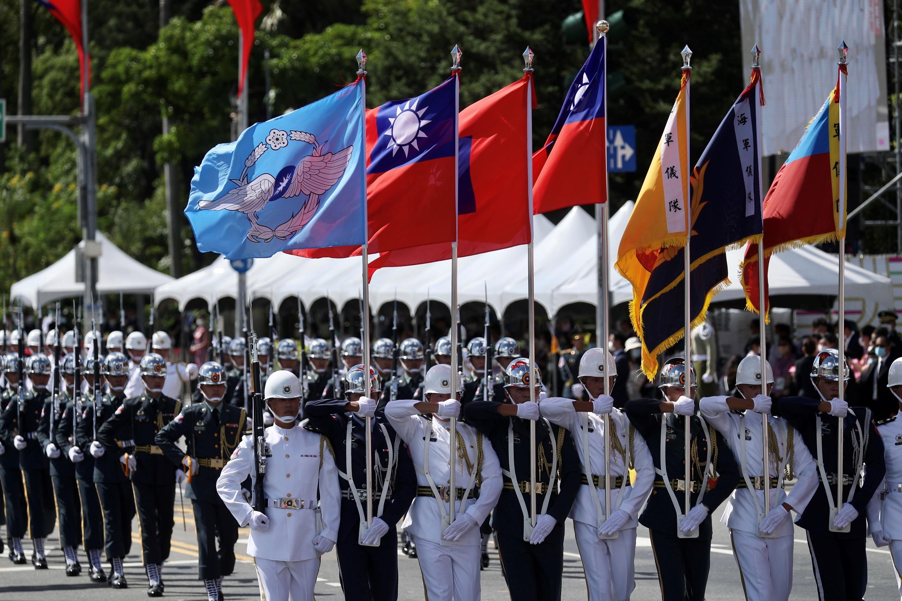 Desfile por el Día Nacional, en Taipei.